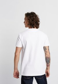 Tommy Jeans - BADGE TEE - Basic T-shirt - white - 2