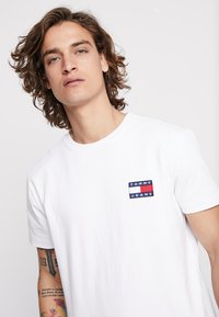 Tommy Jeans - BADGE TEE - Camiseta básica - white - 4