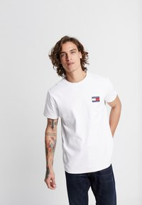 Tommy Jeans - BADGE TEE - Camiseta básica - white - 0