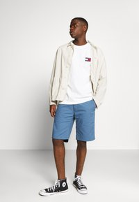 Tommy Jeans - BADGE TEE - T-shirt basic - white - 1