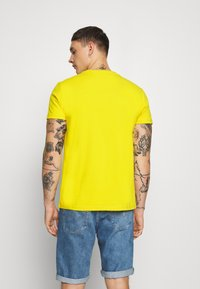 Tommy Jeans - BADGE TEE - T-shirt basic - star fruit yellow - 2