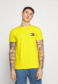 Tommy Jeans - BADGE TEE - T-shirt basic - star fruit yellow - 0