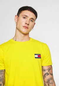 Tommy Jeans - BADGE TEE - T-shirt basic - star fruit yellow - 3