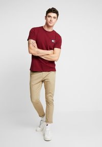 Tommy Jeans - BADGE TEE - T-shirt basic - burgundy - 1