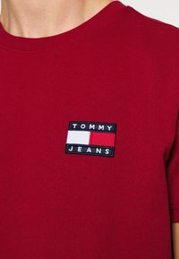 Tommy Jeans - BADGE TEE - T-shirt basic - wine red - 6