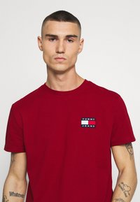 Tommy Jeans - BADGE TEE - T-shirt basic - wine red - 4