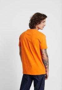 Tommy Jeans - BADGE TEE - T-shirt basic - orange - 2