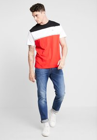 Tommy Jeans - COLORBLOCKED TAPE TEE - T-shirts med print - red - 1