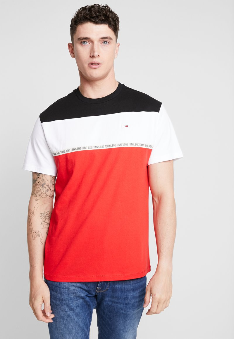 Tommy Jeans - COLORBLOCKED TAPE TEE - T-shirts med print - red