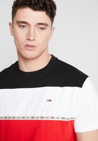 Tommy Jeans - COLORBLOCKED TAPE TEE - T-shirts med print - red - 4