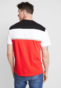 Tommy Jeans - COLORBLOCKED TAPE TEE - T-shirts med print - red - 2