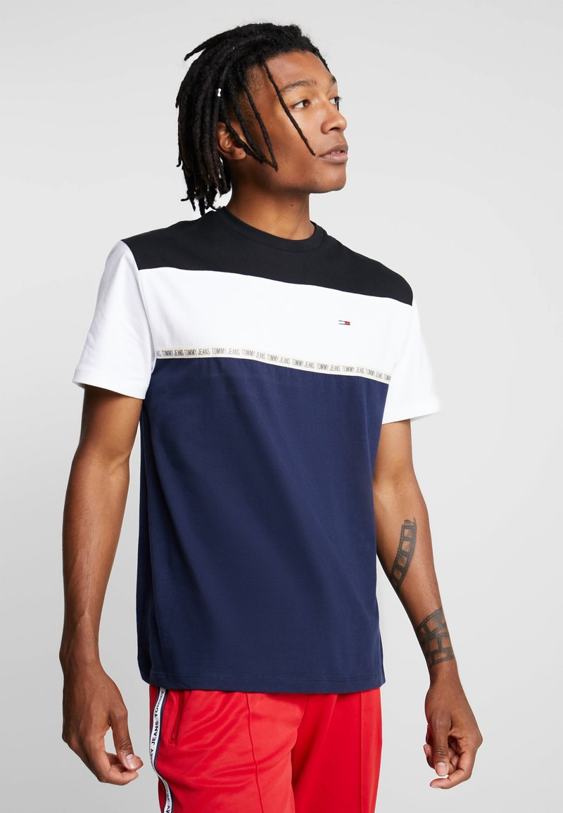Tommy Jeans - COLORBLOCKED TAPE TEE - T-shirts med print - blue
