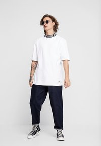 Tommy Jeans - BAND COLLAR TEE - Jednoduché triko - white - 1