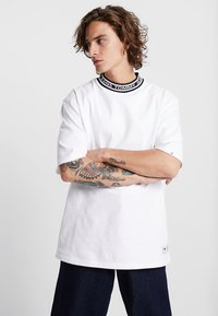 Tommy Jeans - BAND COLLAR TEE - Jednoduché triko - white - 0