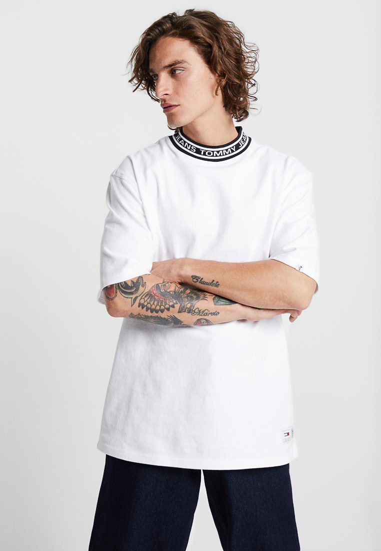 Tommy Jeans - BAND COLLAR TEE - Jednoduché triko - white