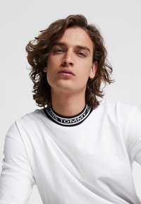 Tommy Jeans - BAND COLLAR TEE - Jednoduché triko - white - 5