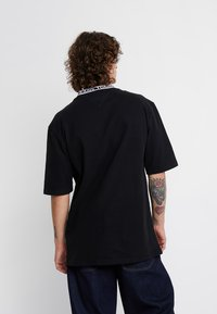 Tommy Jeans - BAND COLLAR TEE - T-shirt basic - black - 2