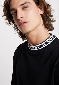 Tommy Jeans - BAND COLLAR TEE - T-shirt basic - black - 4