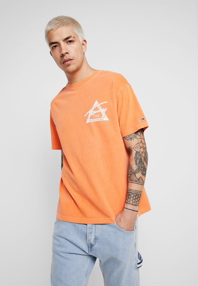 Tommy Jeans - WASHED GRAPHIC TEE - T-Shirt print - orange
