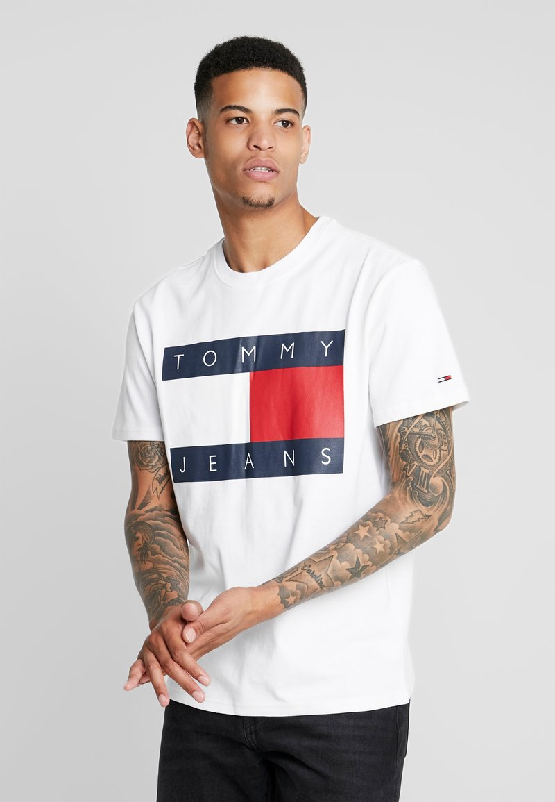 Tommy Jeans - FLAG TEE - Print T-shirt - classic white