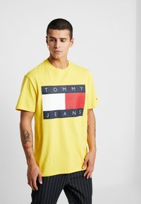 Tommy Jeans - FLAG TEE - Printtipaita - aspen gold - 0