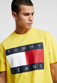 Tommy Jeans - FLAG TEE - Printtipaita - aspen gold - 4