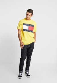 Tommy Jeans - FLAG TEE - Printtipaita - aspen gold - 1