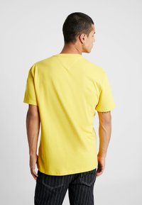 Tommy Jeans - FLAG TEE - Printtipaita - aspen gold - 2