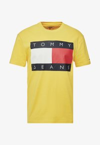 Tommy Jeans - FLAG TEE - Printtipaita - aspen gold - 3