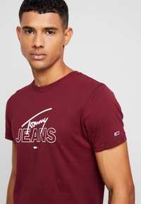Tommy Jeans - SCRIPT LOGO TEE - Printtipaita - burgundy - 4