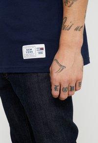 Tommy Jeans - USA FLAG TEE - T-shirt imprimé - black iris - 3