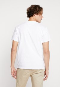 Tommy Jeans - CHEST CORP LOGO TEE - T-shirt basique - classic white - 2