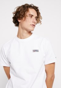 Tommy Jeans - CHEST CORP LOGO TEE - T-shirt basique - classic white - 4