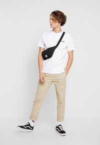 Tommy Jeans - CHEST CORP LOGO TEE - T-shirt basique - classic white - 1