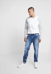 Tommy Jeans - RAGLAN TEE - Bluzka z długim rękawem - light grey heather - 1
