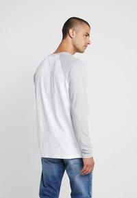 Tommy Jeans - RAGLAN TEE - Bluzka z długim rękawem - light grey heather - 2