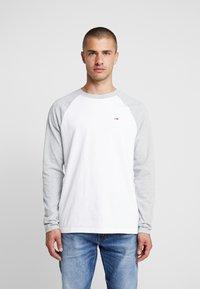Tommy Jeans - RAGLAN TEE - Bluzka z długim rękawem - light grey heather - 0