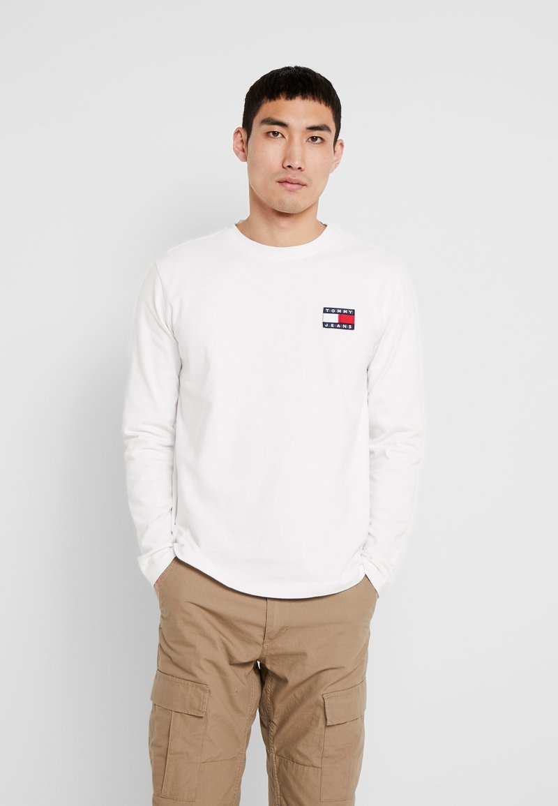 Tommy Jeans - BADGE LONGSLEEVE TEE - Long sleeved top - classic white