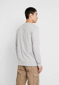 Tommy Jeans - BADGE  - Maglietta a manica lunga - light grey heather - 2