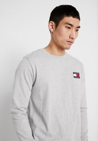 Tommy Jeans - BADGE  - Maglietta a manica lunga - light grey heather - 3