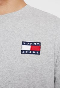 Tommy Jeans - BADGE  - Maglietta a manica lunga - light grey heather - 5