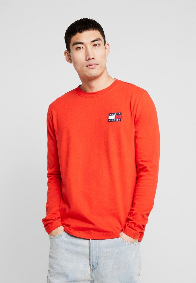 Tommy Jeans - BADGE  - Pitkähihainen paita - flame scarlet