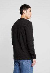 Tommy Jeans - BADGE LONGSLEEVE TEE - Langarmshirt - black - 2