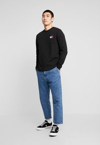 Tommy Jeans - BADGE LONGSLEEVE TEE - Langarmshirt - black - 1