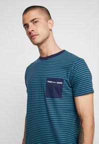 Tommy Jeans - POCKET STRIPE TEE - T-shirt con stampa - atlantic deep/black iris - 4