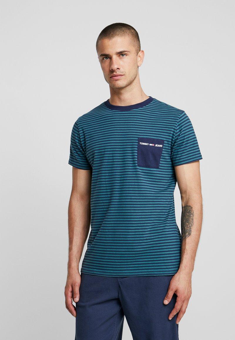 Tommy Jeans - POCKET STRIPE TEE - T-shirt con stampa - atlantic deep/black iris