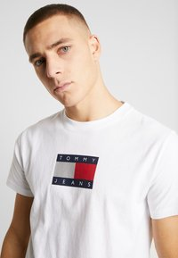 Tommy Jeans - METALLIC FLAG TEE - T-shirt med print - white - 3