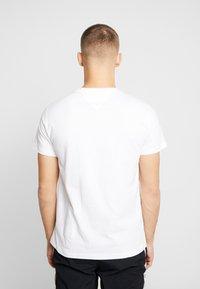 Tommy Jeans - METALLIC FLAG TEE - T-shirt med print - white - 2