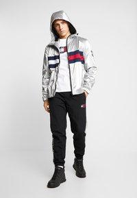 Tommy Jeans - METALLIC FLAG TEE - T-shirt med print - white - 1