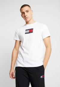 Tommy Jeans - METALLIC FLAG TEE - T-shirt med print - white - 0